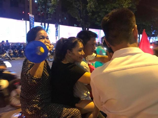 Người dân cả nước sôi động mừng chiến thắng của đội tuyển Việt Nam - 1