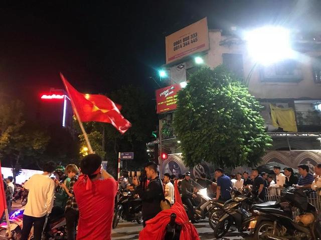 Một cổ động viên cao tuổi ăn mừng trước chiến thắng của tuyển Việt Nam trước Philipines với tỷ số 2:1