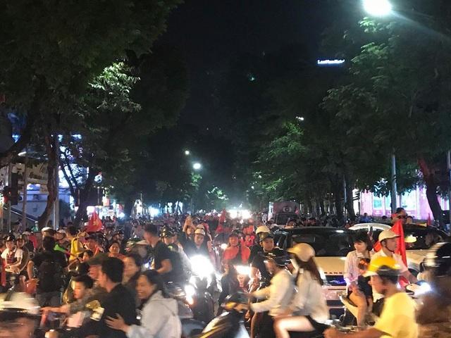Người dân cả nước sôi động mừng chiến thắng của đội tuyển Việt Nam - 3