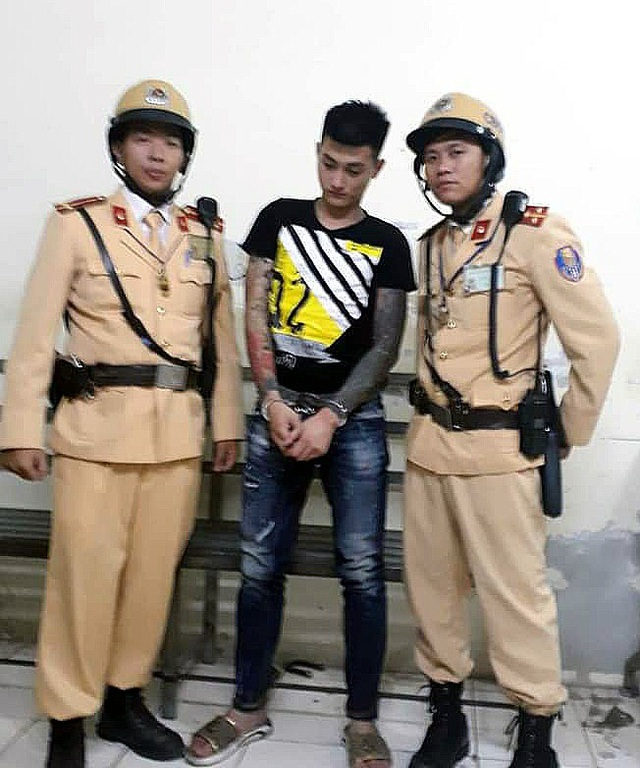 Đối tượng Nguyễn Trung Kiên bị tổ công tác Đội CSGT số 6 tóm gọn.
