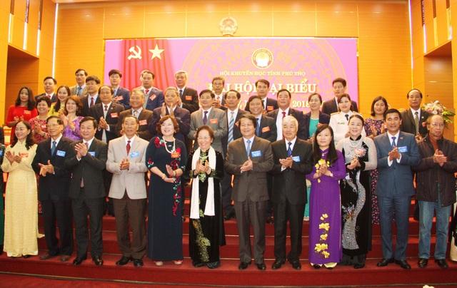 29 đồng chí trong Ban Chấp hành Hội Khuyến học tỉnh Phú Thọ lần thứ IV chụp ảnh với Chủ tịch Hội KH Việt Nam Nguyễn Thị Doan