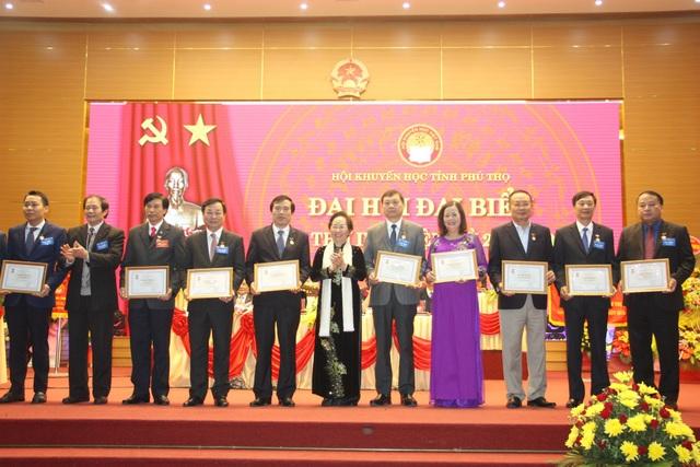 """TƯ Hội Khuyến học VN đã tặng Kỷ niệm chương """"Vì sự nghiệp khuyến học"""" cho nhiều cá nhân có nhiều đóng góp cho công tác khuyến học tỉnh Phú Thọ"""
