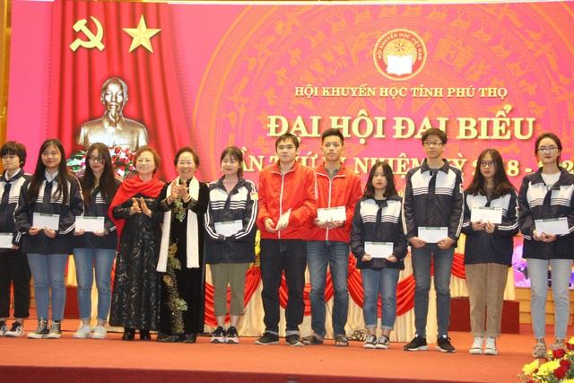 Gia đình cụ Phạm Thị Ninh ở Hà Nội, thông qua Quỹ Nhân Ái của Báo Dân trí đã trao tặng 20 suất học bổng trị giá 100 triệu đồng cho học sinh có hoàn cảnh khó khăn vươn lên học giỏi của Trường THPT chuyên Hùng Vương, thành phố Việt Trì.