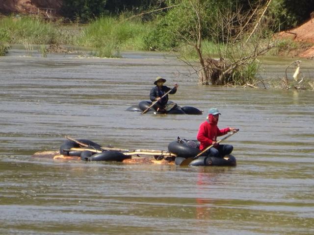 Nắm được thông tin từng đoàn gỗ lậu lợi dụng đường thủy để vận chuyển gỗ lậu, lực lượng chức năng đã chốt chặn ở thượng nguồn để vây bắt