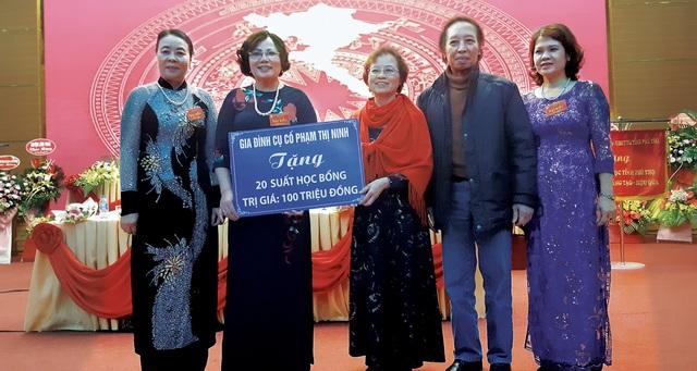 Bà Nguyễn Thị Hồng Hà, đại diện gia đình cụ bà Phạm Thị Ninh trao biển tượng trưng 100 triệu đồng học bổng đến Hội Khuyến học tỉnh Phú Thọ