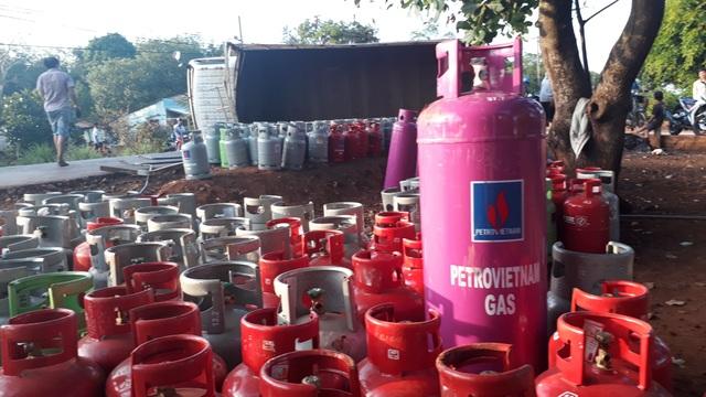 Xe tải chở hàng trăm bình gas lật nhào trên quốc lộ - 2