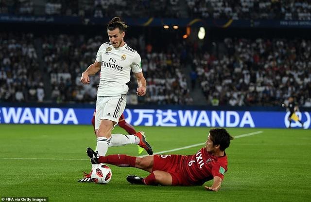 Bale luôn nhận được sự kèm cặp của hậu vệ Kashima