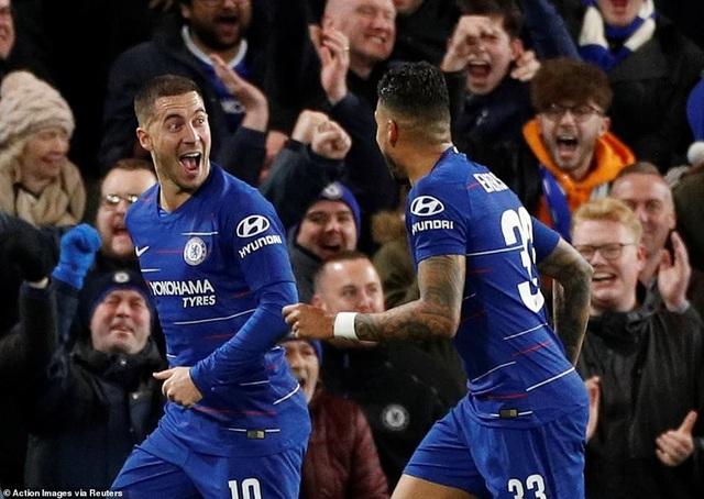 Hazard ăn mừng cùng đồng đội sau khi ghi bàn cho Chelsea