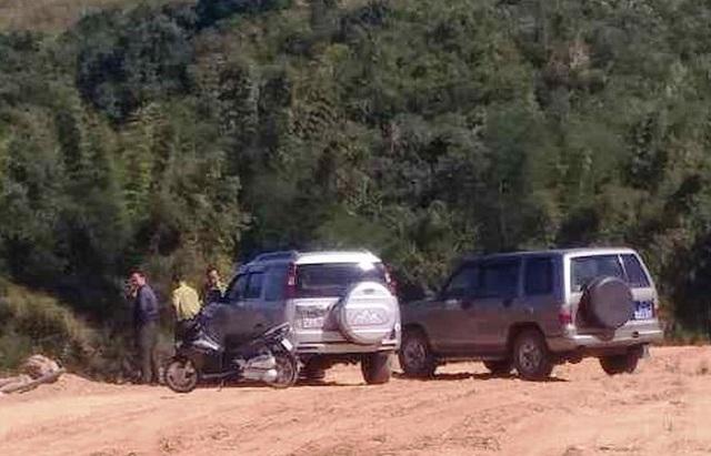 Lực lượng chức năng chốt chặn ở hạ nguồn sông Đăk Bla để bắt giữ gỗ lậu.