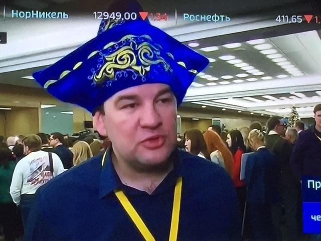 Trong khi đó, một số nhà báo đến với buổi họp báo với trang phục truyền thống của các dân tộc như dải băng đeo đầu, mũ truyền thống của Nga, mũ khúc côn cầu.