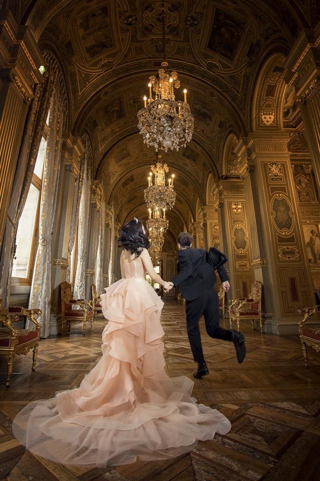 Một bức ảnh cưới của Linh Lê Paris được chụp trong tòa thị chính Paris bao quanh là màu vàng sang trọng - đây cũng chính là nơi Hari Won và Trấn Thành chụp ảnh cưới và chính Linh Lê Paris là người chụp.