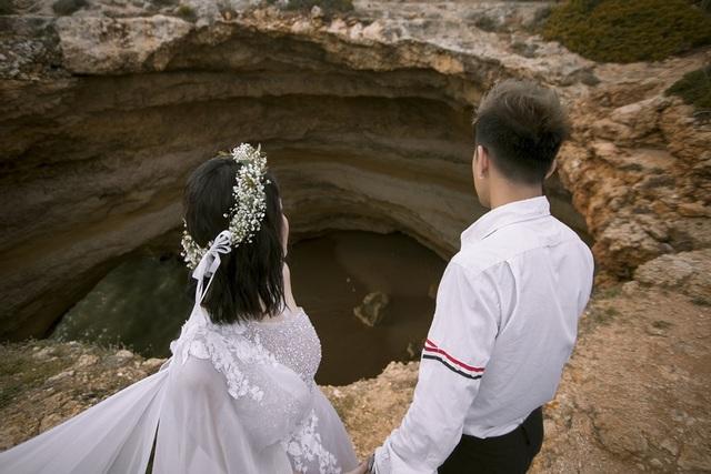 Lúc đó, cô dâu và chú rể đã ướt hết 2/3 quần áo do phải nhảy xuống nước để đi bộ vào bãi biển. Lái thuyền chỉ cho có 5 phút để chụp vì hôm đó biển động và có bão nên mọi phương tiện không được phép đưa khách vào hang.