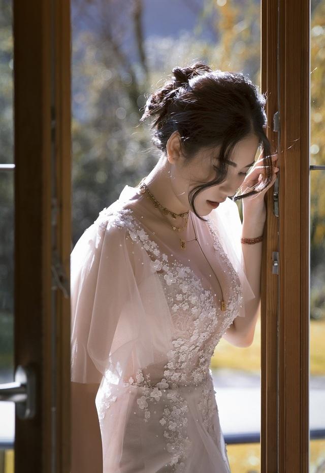 Chia sẻ về cảm xúc thiêng liêng trong lễ cưới, cô dâu không khỏi xúc động và đã rơi nước mắt vì bao kỷ niệm đẹp giữa hai người một lần nữa ùa về.