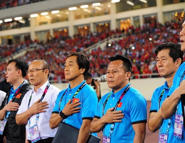 Ông Bae Ji Won (ngoài cùng bên phải) chính thức chia tay đội tuyển Việt Nam