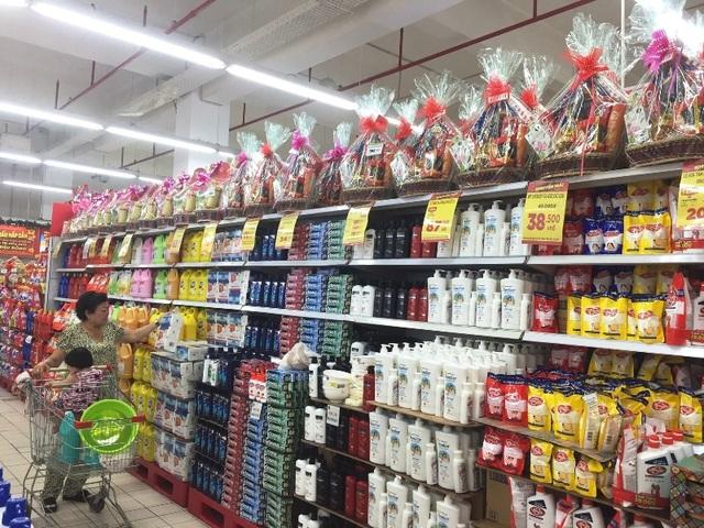 Khu bán hóa mỹ phẩm cũng là nơi trưng bày giỏ quà Tết giúp người dân dễ dàng quan sát, chọn lựa