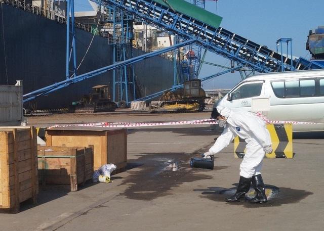 Lực lượng tham gia diễn tập tiến hành đo, kiểm tra mức độ nhiễm bẩn phóng xạ.