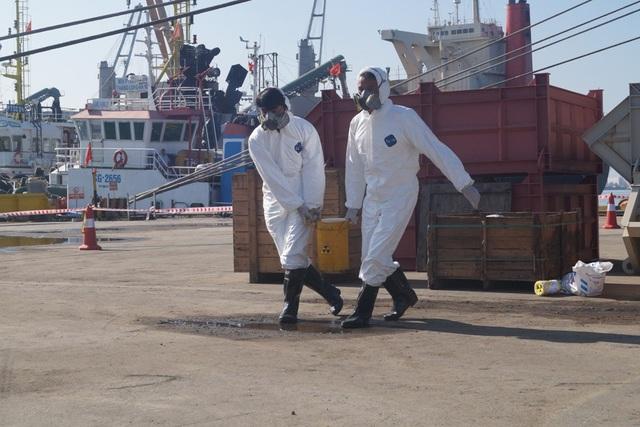 Các nhân viên UPSC thu gom nguồn phóng xạ đưa về khu vực tập kết và di chuyển về kho lưu trữ.