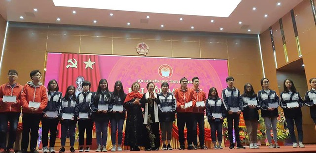 20 em học sinh có hoàn cảnh khó khăn vươn lên học tập tốt đã được tặng học bổng từ Quỹ Nhân ái thông qua nguồn hỗ trợ từ gia đình cụ bà Phạm Thị Ninh