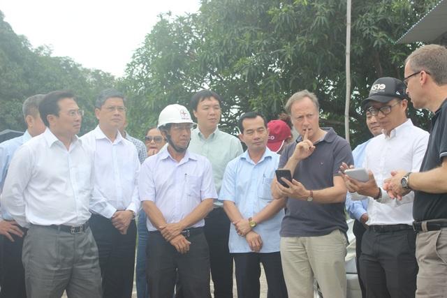 Thứ trưởng Bộ Công Thương Hoàng Quốc Vượng cùng Trưởng phái đoàn Liên minh châu Âu (EU) tại Việt Nam Bruno Angelet tới thăm huyện Cam Lâm ngày 19/12.