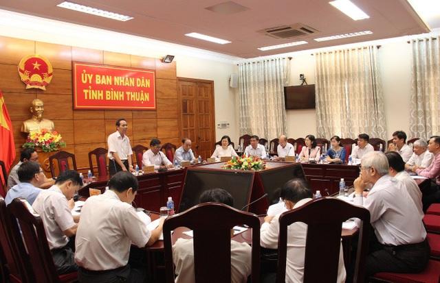 Ông Nguyễn Đức Hòa - Phó Chủ tịch UBND tỉnh Bình Thuận (người đang đứng) phát biểu tại 1 cuộc họp