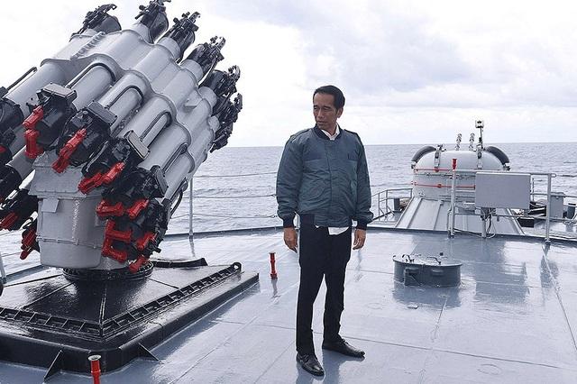 """Tổng thống Joko """"Jokowi"""" Widodo đứng trên một tàu hải quân Indonesia (Ảnh: Reuters)"""