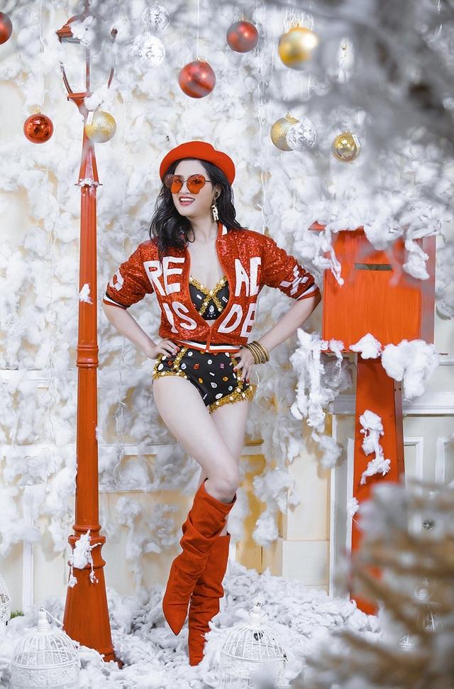 Kiều Trang kể rằng cảm hứng chụp bộ ảnh này đến từ việc mỗi dịp Giáng sinh, cô luôn là người nhận nhiệm vụ trang trí cây thông Noel cho cả nhà và rất yêu thích công việc này. Căn nhà như sáng bừng lên bởi sự trang trí của tuyết trắng, cây thông xanh, hộp quà đỏ.... và cả tâm trạng phơi phới của chính cô.