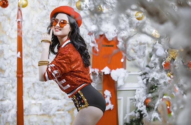 Kiều Trang muốn thể hiện hình ảnh gợi cảm, năng động, cá tính và trẻ trung qua những trang phục cô chọn trong bộ ảnh Giáng Sinh này.