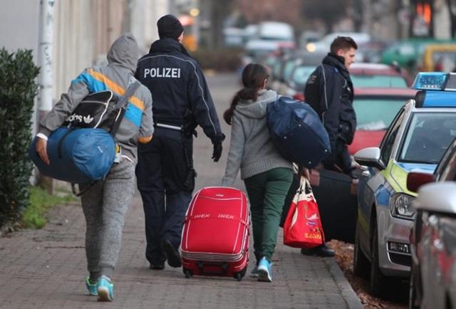 Cảnh sát Đức đưa người tị nạn trở lại sân bay. (Nguồn: rumoursaboutgermany.info)