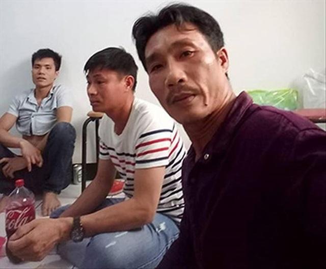 Anh Minh (phải) và các đồng nghiệp chia sẻ về lương, thưởng tết