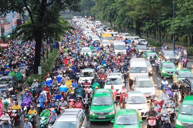 Đi ô tô, xe máy, người dân đã phải chịu nhiều loại thuế phí