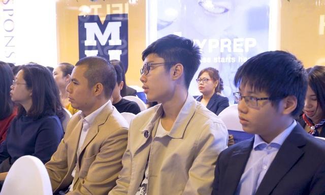 Minh Chí và bố tham gia lễ khai giảng Chương trình luyện thi bằng tú tài Mỹ