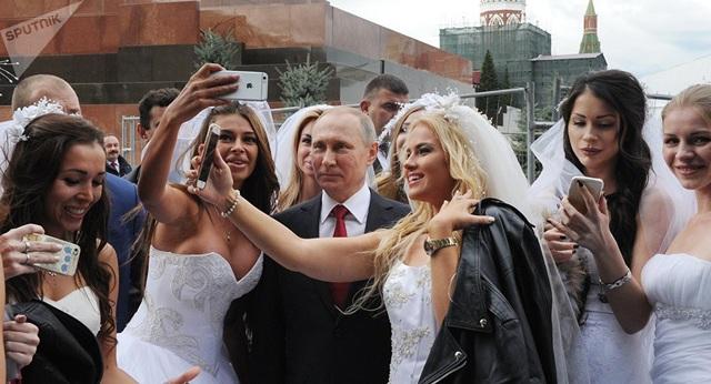 Tổng thống Putin chụp ảnh cùng người hâm mộ trong một sự kiện ở Quảng trường Đỏ vào tháng 9/2016. (Ảnh: Sputnik)