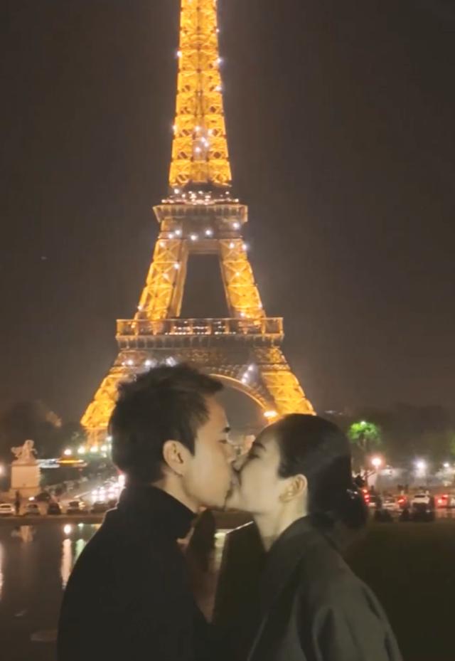 Cô dâu hoàn toàn bất ngờ và kêu là màn cầu hôn… quê mùa nhất năm. Cô dâu luôn tâm niệm rằng màn cầu hôn dưới chân tháp Eiffel rất sến, nhưng thực ra là… cô dâu rất thích vì chuyện tình của cô dâu và chú rể là một chuyện tình Paris đúng nghĩa.