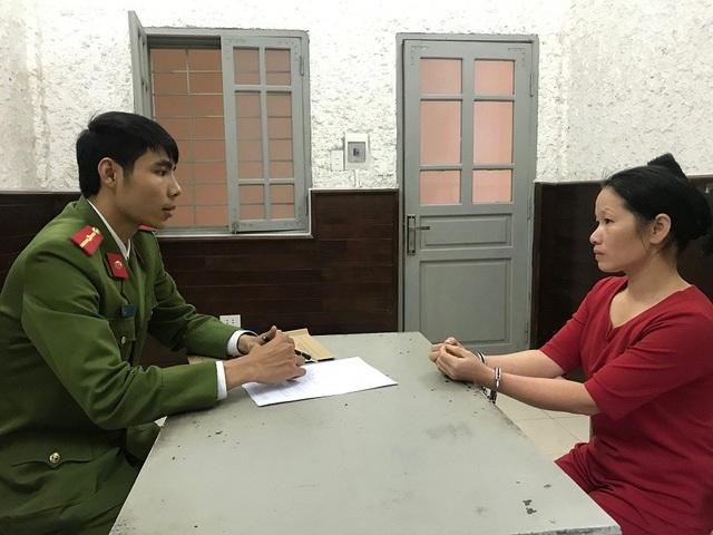 Trịnh Thị Thịnh làm việc tại cơ quan điều tra (Ảnh: Thanh Tuấn).