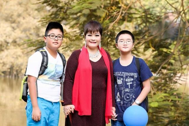 Mẹ con ca sĩ Ái Thanh với con trai của nghệ sĩ Anh Tú (áo phong xanh) lúc mẹ con chị về Việt Nam năm 2016.