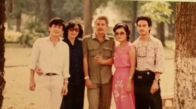 Bức ảnh kỷ niệm cùng nghệ sĩ Anh Tú, nghệ sĩ Trung Đức... mà ca sĩ Ái Thanh (quần áo hồng) vẫn luôn lưu giữ bên mình.