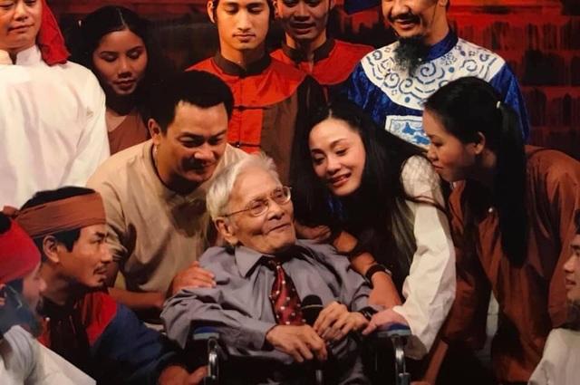 Nhà thơ Hoàng Cầm trò chuyện với nghệ sĩ Anh Tú và các nghệ sĩ đóng Kiều Loan