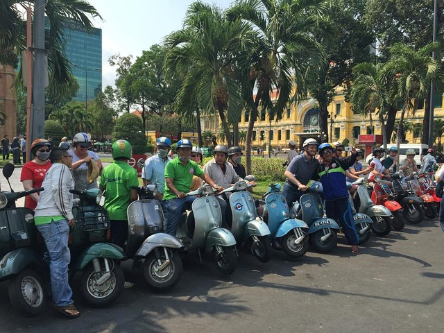 Năm nay có đầu việc mới được các doanh nghiệp đặt hàng từ khá sớm đó là đội ngũ nhân viên lái xe vespa để chở khách đi dạo phố dịp Tết. Ảnh: Vespa Sài Gòn