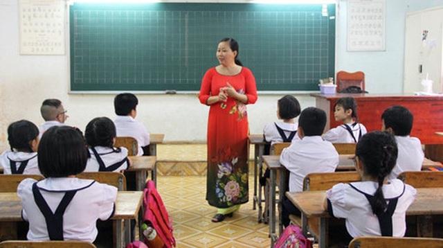Thiếu giáo viên, nhiều trường học phải mời cả người về hưu quay lại giảng dạy - Ảnh 1.