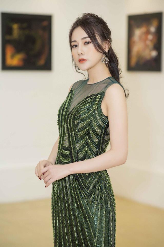 Mặc dù bộ phim Quỳnh búp bê đã kết thúc phát sóng từ tháng 11 nhưng Phương Oanh vẫn rất bận rộn với lịch trình làm việc dày đặc. Thời điểm cuối năm, cô liên tục được mời tham gia các sự kiện, quay quảng cáo đến mức có rất ít thời gian nghỉ ngơi.