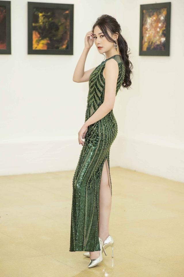 Nữ diễn viên Phương Oanh (Quỳnh Búp Bê) gây bất ngờ với hình ảnh nhỏ nhắn hơn. Nếu ngày trước cô sở hữu cân nặng khoảng 54kg thì hiện tại chỉ còn khoảng 50kg. Cô giải thích, vóc dáng mảnh mai không chỉ giúp cô thoải mái mặc những bộ đồ ôm yêu thích mà còn đẹp hơn khi chụp ảnh, lên hình. Trước việc sụt cân của Phương Oanh, nhiều fan ruột của cô cảm thấy không yên tâm và động viên người đẹp nên chăm sóc bản thân, ăn uống điều đọ để tăng cân trở lại. Rất cảm động vì tình cảm, sự quan tâm của mọi người dành cho mình nhưng Phương Oanh lại cảm thấy hài lòng với ngoại hình hiện tại.