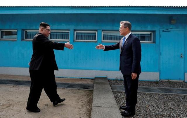 Màn bắt tay lịch sử của Tổng thống Hàn Quốc Moon Jae-in và nhà lãnh đạo Triều Tiên Kim Jong-un tại đường ranh giới ở làng đình chiến Bàn Môn Điếm thuộc khu phi quân sự liên Triều trong cuộc gặp thượng đỉnh vào ngày 27/4.
