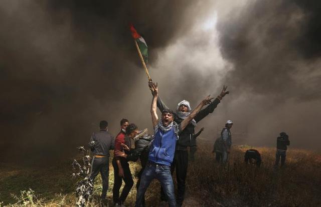 Những người biểu tình Palestine la hét trong vụ đụng độ với binh sĩ Israel để đòi lại đất ở biên giới tại Gaza hồi tháng 4.