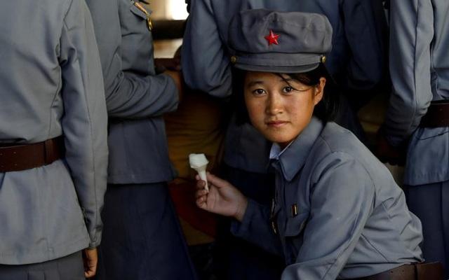 Một nữ quân nhân Triều Tiên ăn kem khi tới thăm sở thú ở thủ đô Bình Nhưỡng hồi tháng 9.