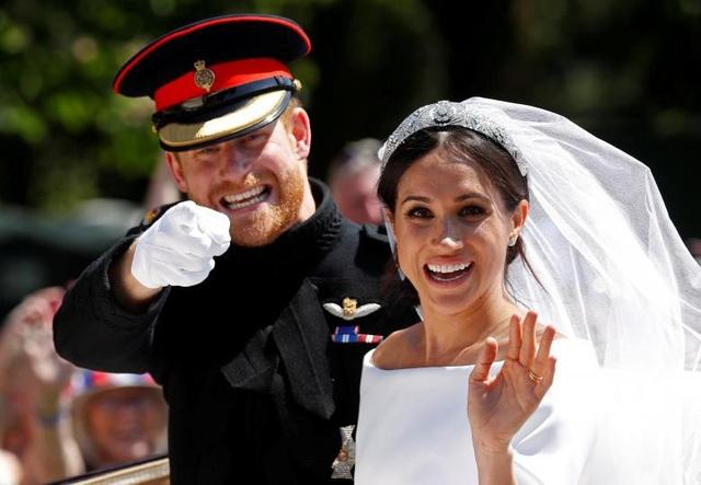 Hoàng tử Anh Harry ngồi cạnh bạn gái Meghan trên xe ngựa trong lễ cưới hoàng gia tại cung điện Windsor ngày 19/5.