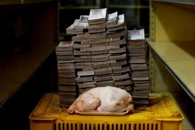 Bức ảnh lột tả tình trạng siêu lạm phát tại Venezuela. Một con gà nặng 2,4 kg có giá 14,6 triệu bolivar tại một siêu thị ở Caracas.