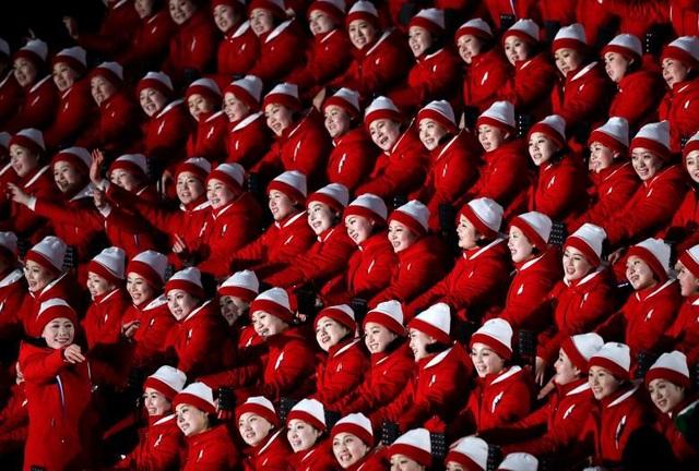 """Đội cổ vũ Triều Tiên """"nhuộm đỏ"""" lễ khai mạc Thế vận hội Olympic mùa Đông Pyeongchang 2018 tại Hàn Quốc. Sự kiện thể thao này đánh dấu bầu không khí hòa dịu trên bán đảo Triều Tiên."""