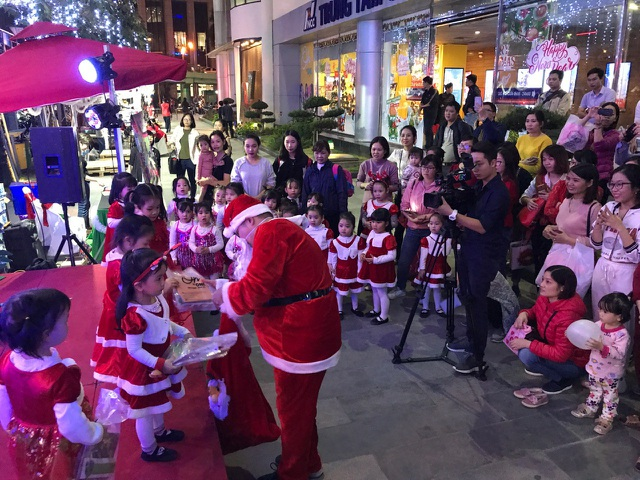 Top 3 địa điểm hot nhất dịp Giáng Sinh năm nay ở Hà Nội - Ảnh 5.