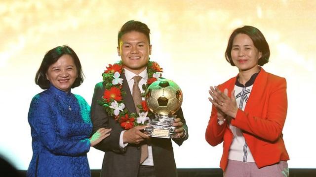 Quang Hải nhận giải Quả bóng vàng Việt Nam 2018 - Ảnh 1.