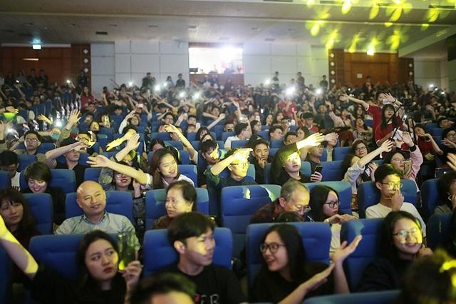 Phương Ly cháy hết mình cùng sinh viên ĐH Kinh tế quốc dân  - Ảnh 4.